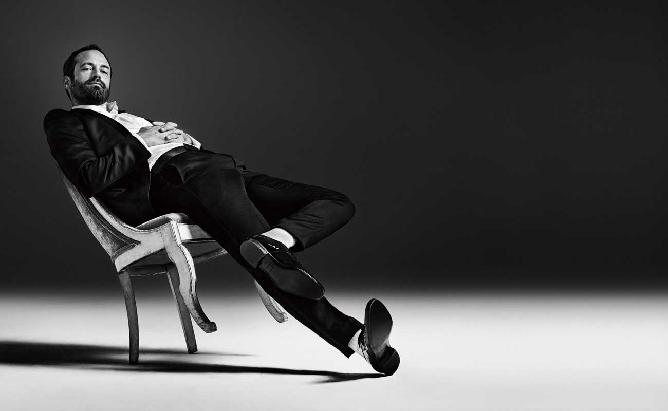 Portrait de Benjamin Millepied © Matthias Vriens-McGrath. Smoking en satin de soie, chemise en popeline de coton et chaussures, Ermenegildo Zegna Couture. Chaussettes, Falke.
