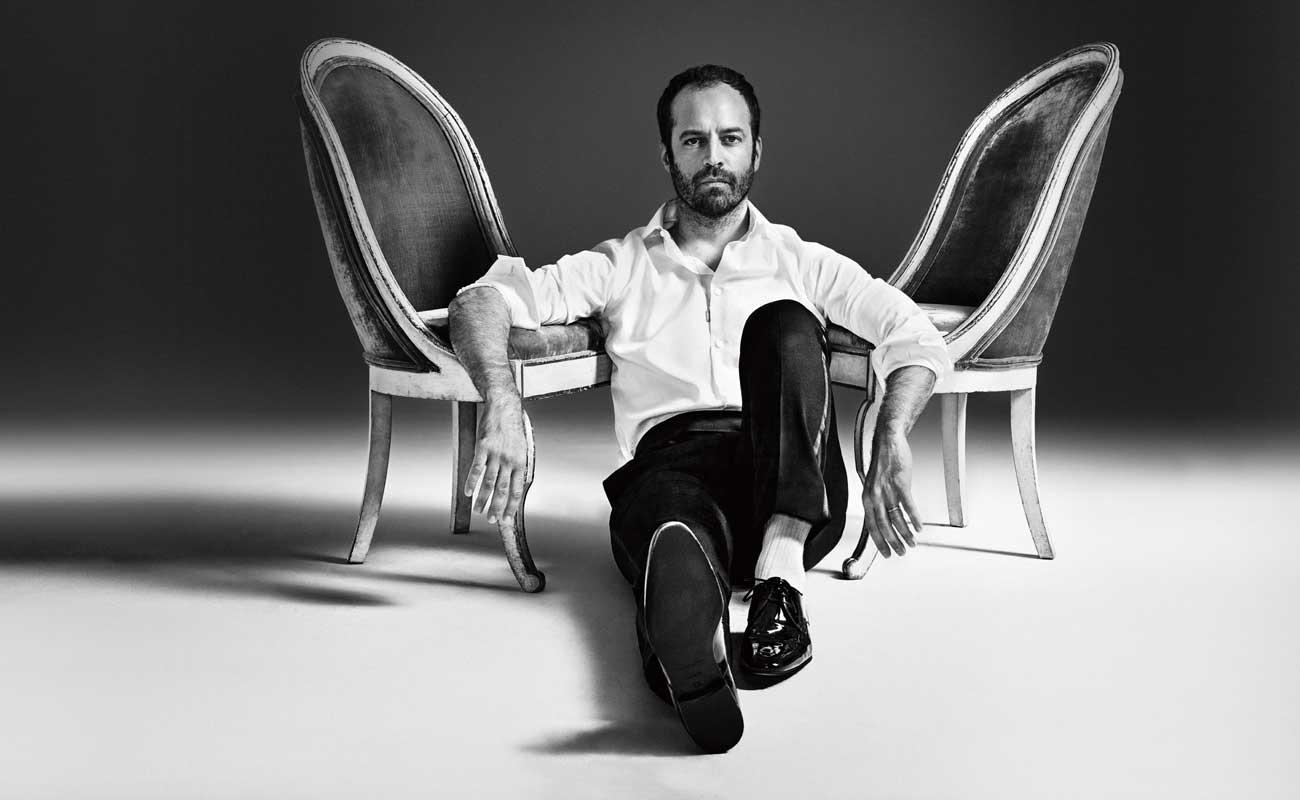Portrait de Benjamin Millepied © Matthias Vriens-McGrath. Chemise en popeline de coton, pantalon de smoking en satin de soie et chaussures, Ermenegildo Zegna Couture. Chaussettes, Falke.
