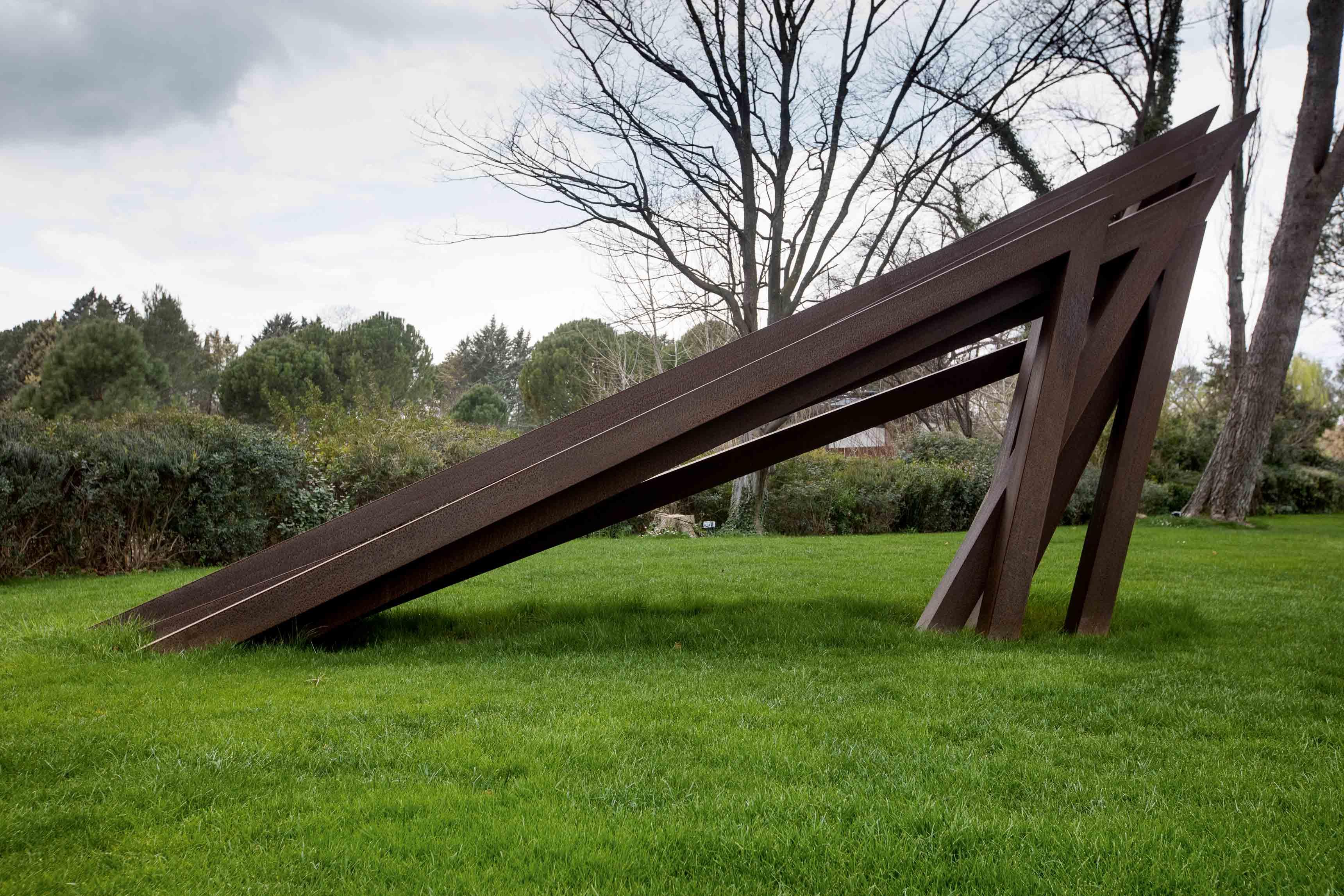 Une sculpture monumentale de Bernar Venet installée au sein de sa Fondation, près du Muy.