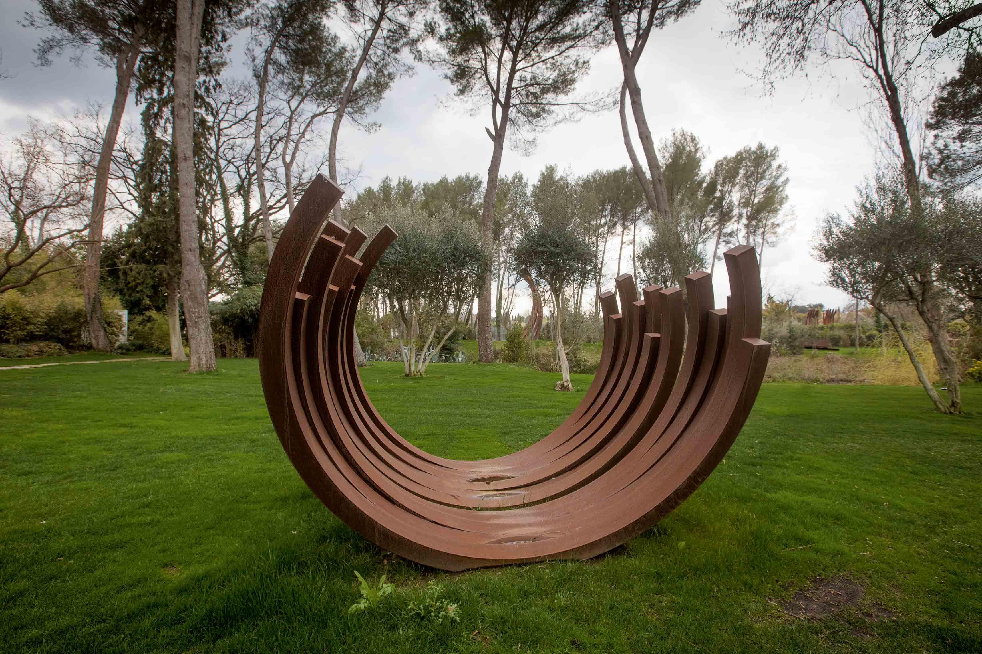 Une sculpture monumentale de Bernar Venet installée au sein de sa Fondation, près du Muy, dans le Var.