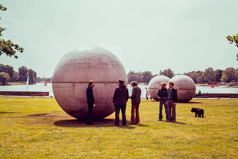 Giant Pool Balls (1977) de Claes Oldenburg, Skulptur Projekte à Münster en 1977.