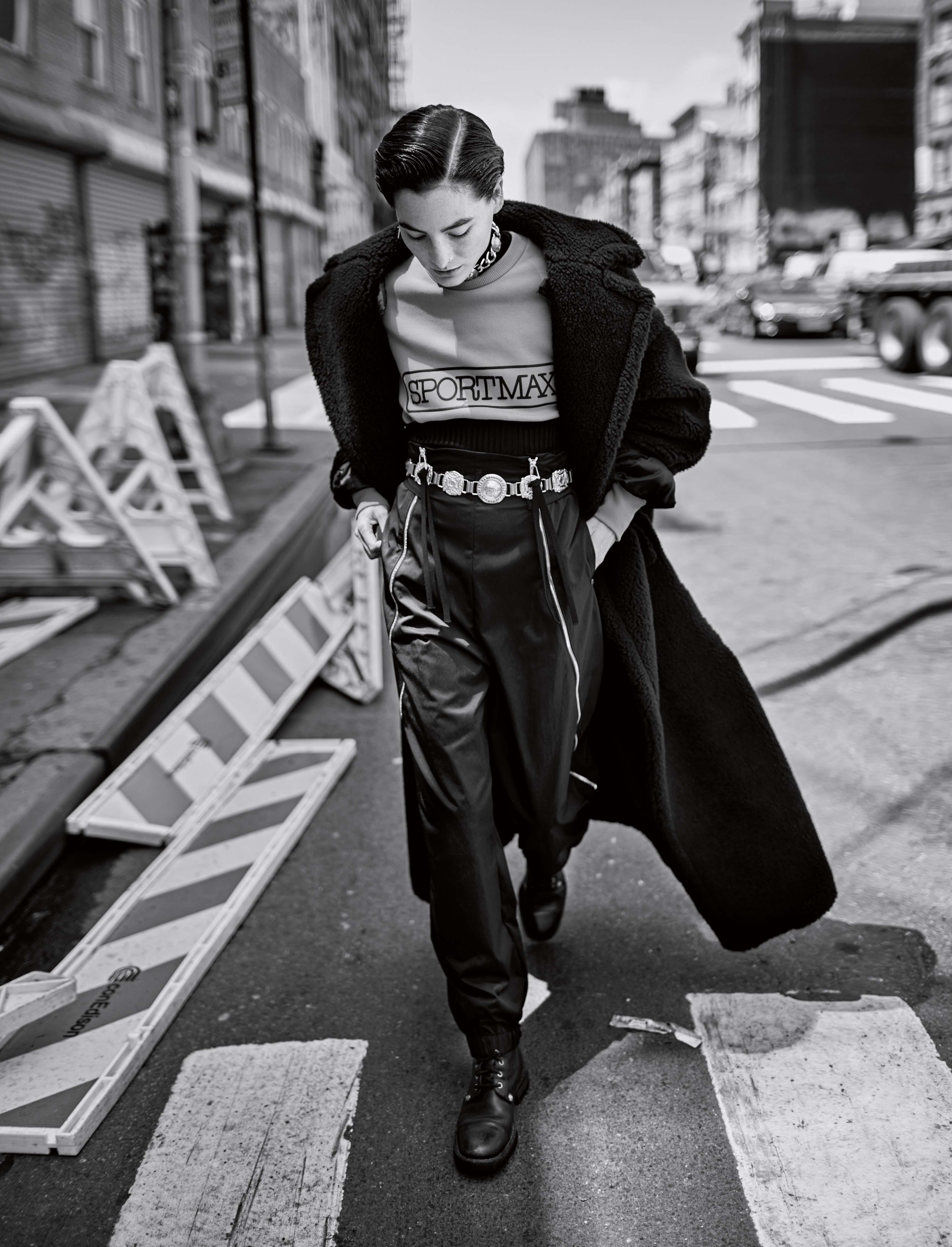 Manteau oversized en laine, MAX MARA. Sweat-shirt et pantalon zippé en coton, SPORTMAX. Collier et ceinture vintage, VERSACE CHEZ DEPUIS 1924. Boots vintage.