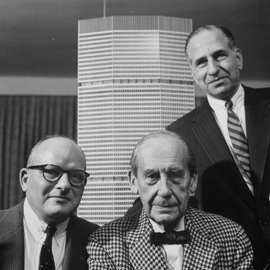 Les constructeurs Emory Roth, Erwin Wolfson et l'architecte Walter-Gropius avec une maquette du Grand Central Building