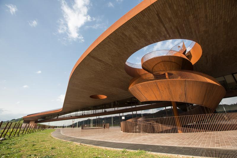 La Cantina Antinori, le nouvel établissement de la famille Antinori, imaginé par le cabinet d'architectes Archea et inauguré en 2012.