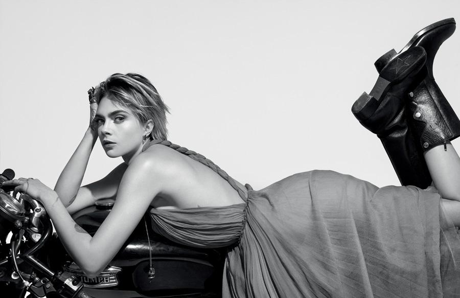 Cara Delevingne porte une robe, des bottes et des bijoux, DIOR. Elle est mise en beauté par Peter Philips avec Dior Addict Stellar Shine – 976 Be Dior.