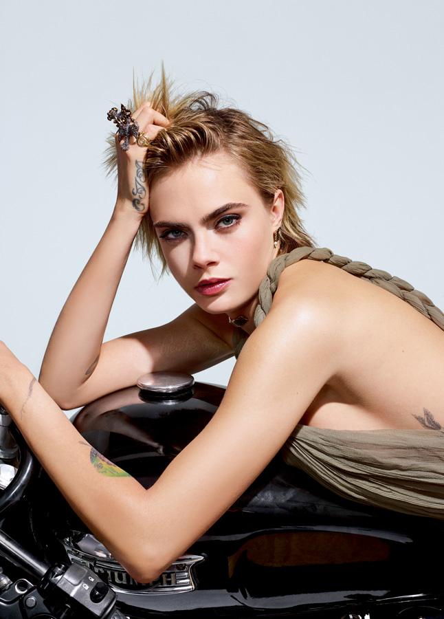 Cara Delevingne, égérie Dior Addict Lipstick, porte une robe et des bijoux DIOR. Elle est mise en beauté par Peter Philips avec Dior Addict Stellar Shine – 976 Be Dior.