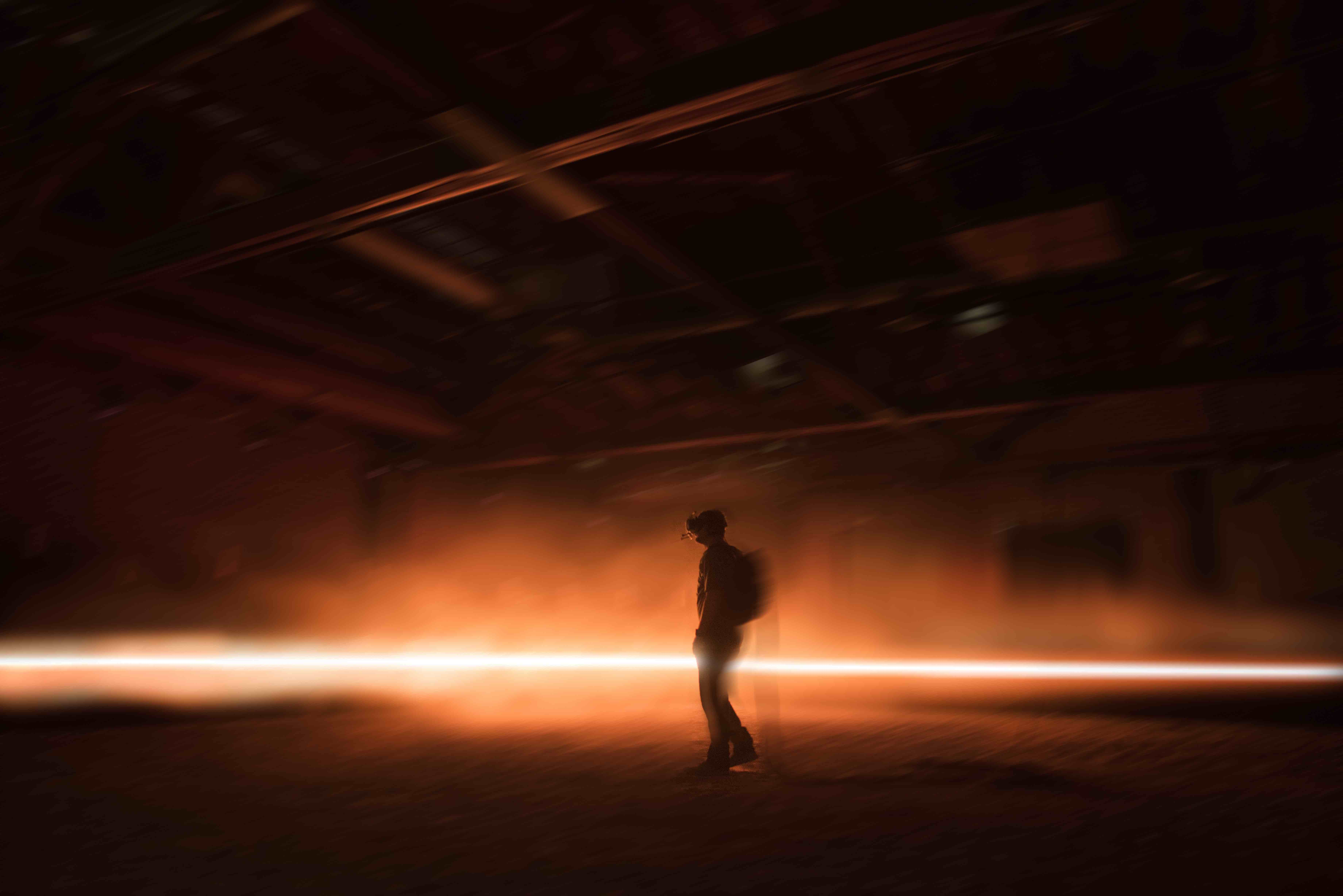 """Un visiteur de la Fondation Prada faisant l'expérience de l'œuvre en réalité virtuelle """"Carne y Arena"""" (2017), d'Alejandro González Iñárritu."""