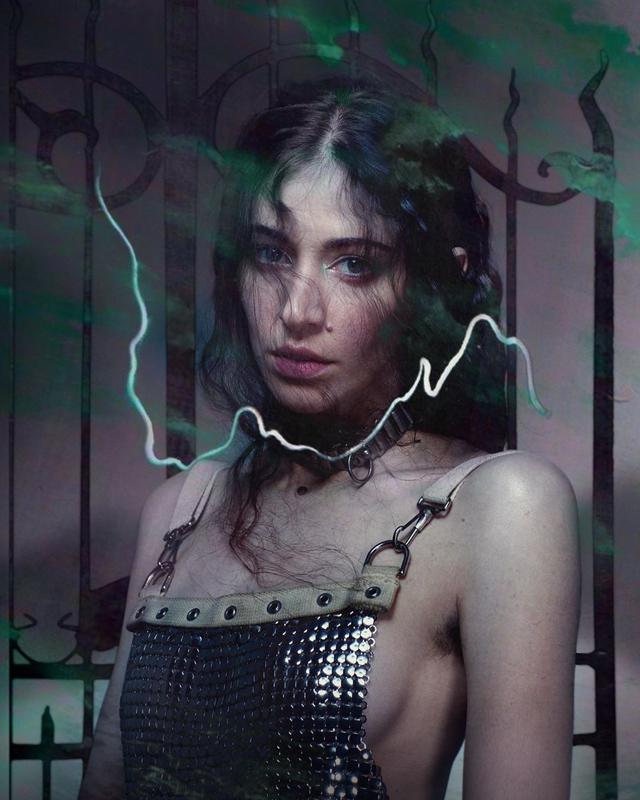 "Caroline Polachek pour la campagne de son album ""Pang"" (2019)."