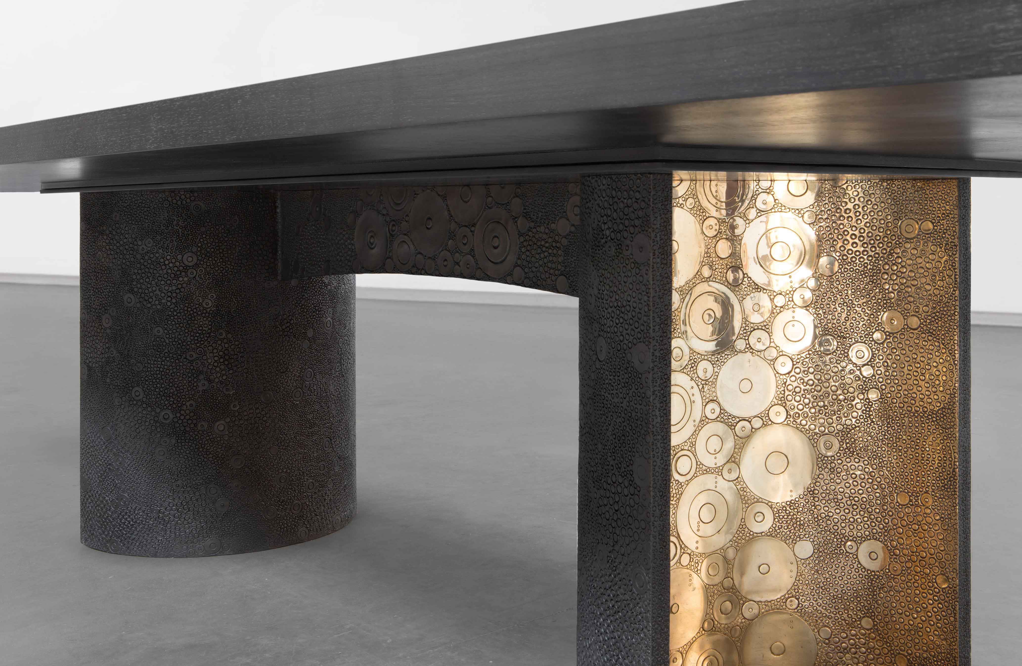 Table Tribal d'Ingrid Donat (2015). Bronze et noyer. 75x 360 x135 cm.