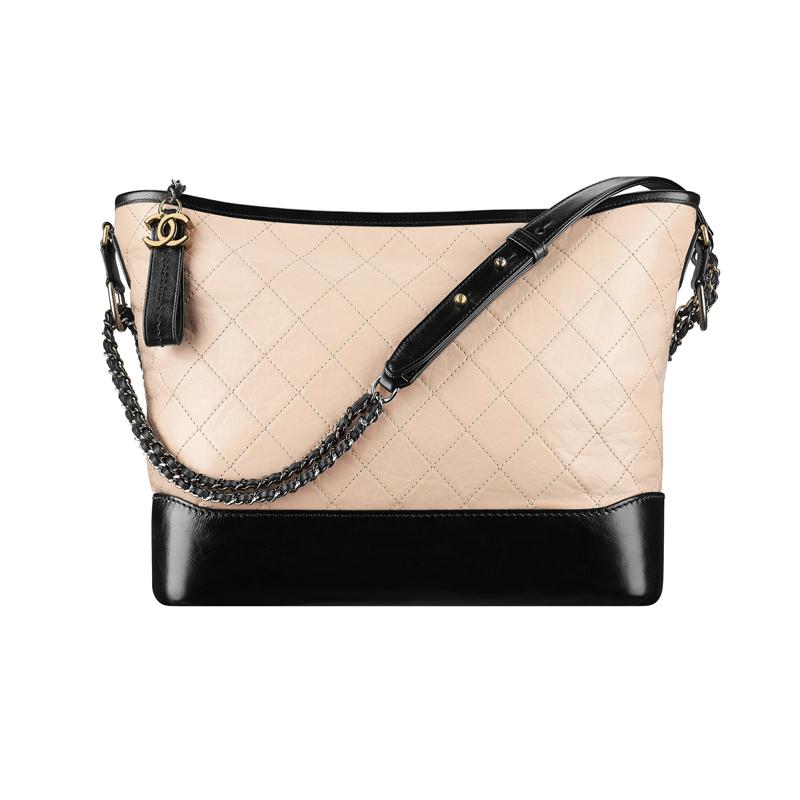 """Le sac """"Hobo"""" collection Gabrielle, en veau vieilli, veau lisse, métal argenté et doré, beige et noir, CHANEL."""