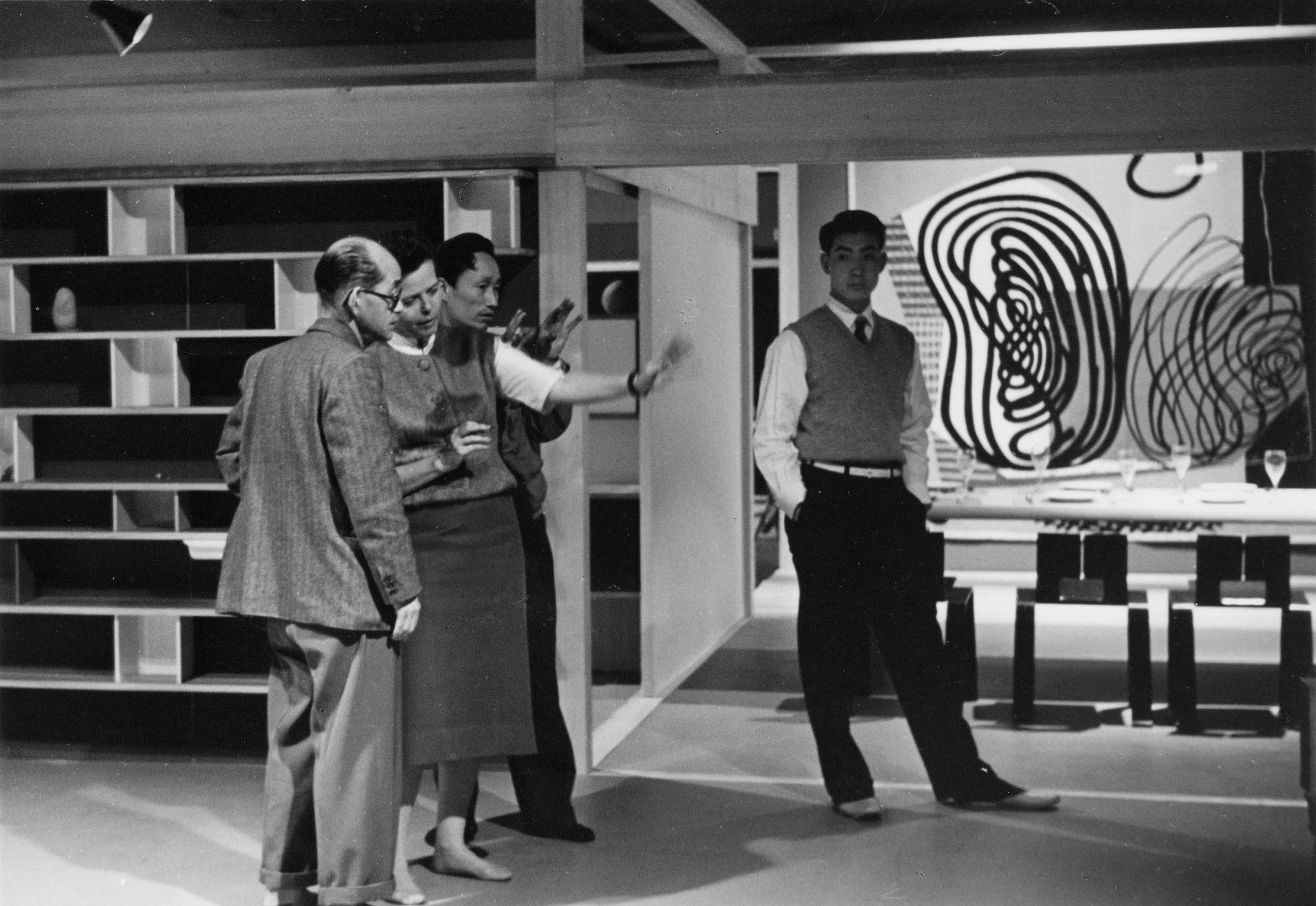 """Charlotte Perriand et deux collaborateurs de l'exposition """"Proposition d'une synthèse des arts, 1955. Le Corbusier, Fernand Léger, Charlotte Perriand""""."""