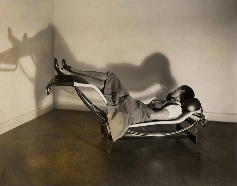 "Charlotte Perriand sur la ""Chaise longue basculante, B306"", (1928-1929)."
