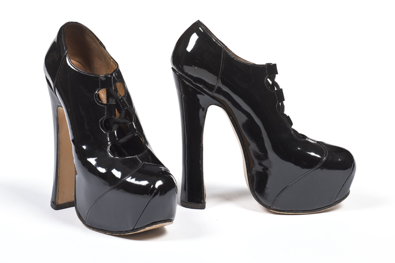 """Vivienne Westwood, Paire de chaussures pour femme modèle """"ghillies"""", collection automne-hiver 1995, Londres."""