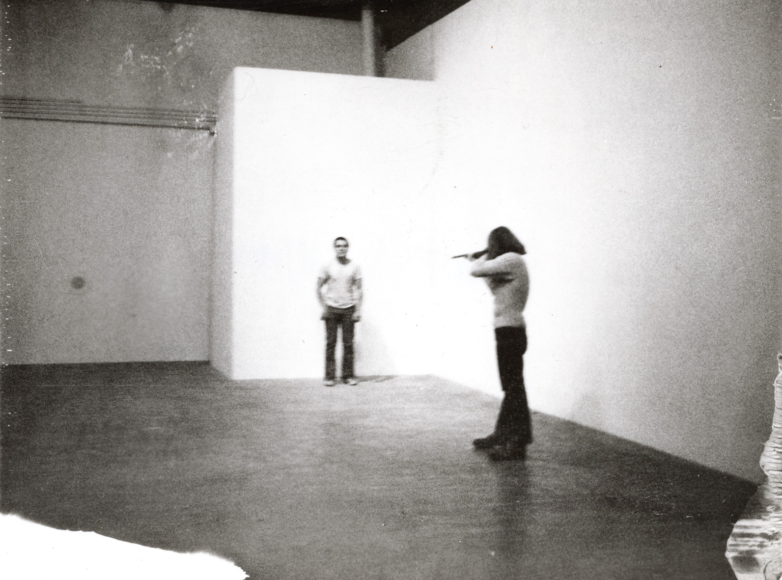"La performance ""Shoot"" réalisée par Chris Burden en 1971."