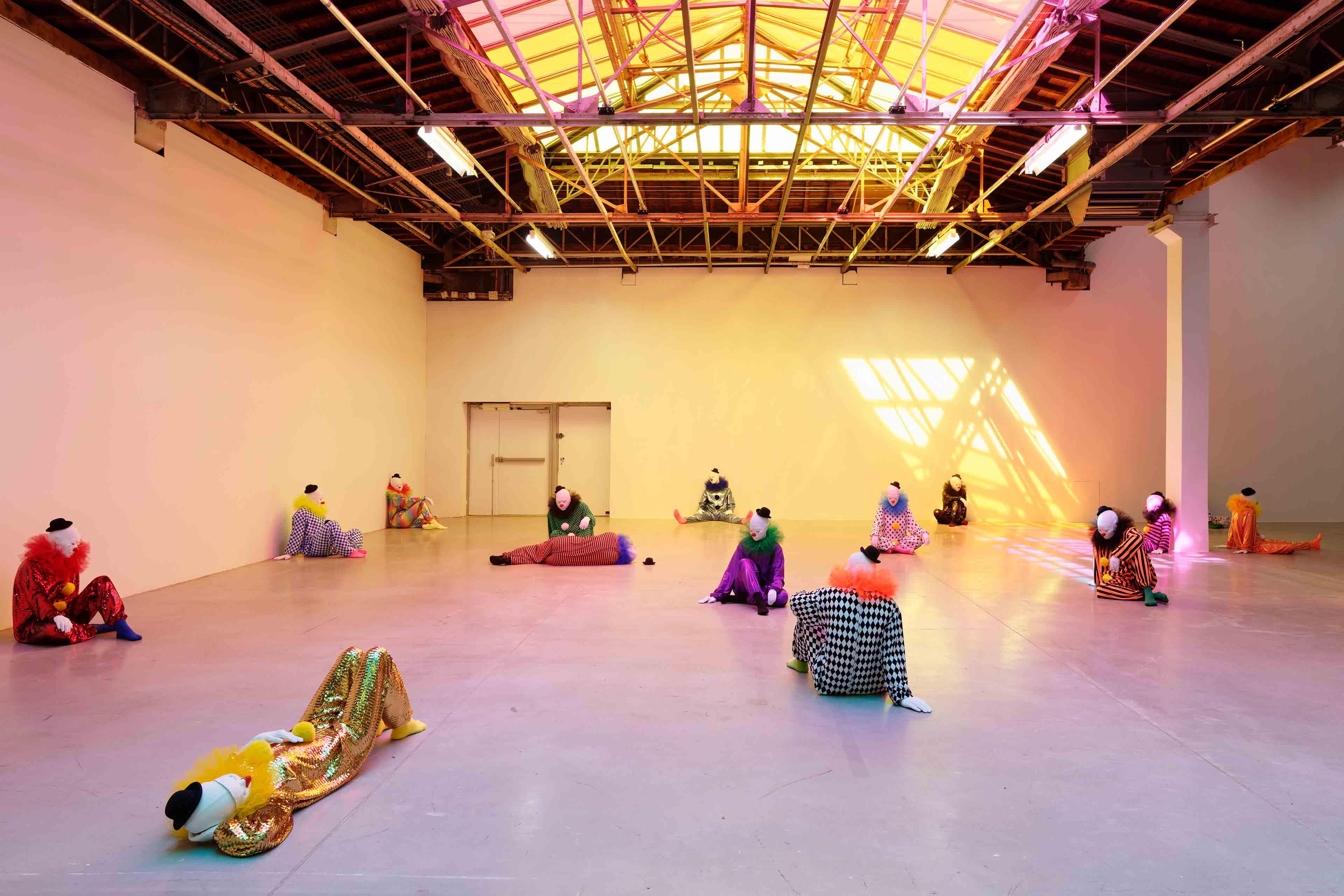 """Vue de l'exposition  """"Encore un jour banane pour le poisson-rêve"""" dont Clément Cogitore est le dramaturge, Ugo Rondinone,  """"Vocabulary of Solitude"""", 2014-2016 40 sculptures. Mousse Polystyrène, résine époxy, tissu. Dimensions variables. Courtesy of the artist et Galerie Eva Presenhuber (Zurich), Gladstone Gallery (New York – Bruxelles), Sadie Coles HQ (Londres), Kamel Mennour (Paris – Londres), Esther Schipper (Berlin) Palais de Tokyo. Photo : Aurélien Mole"""
