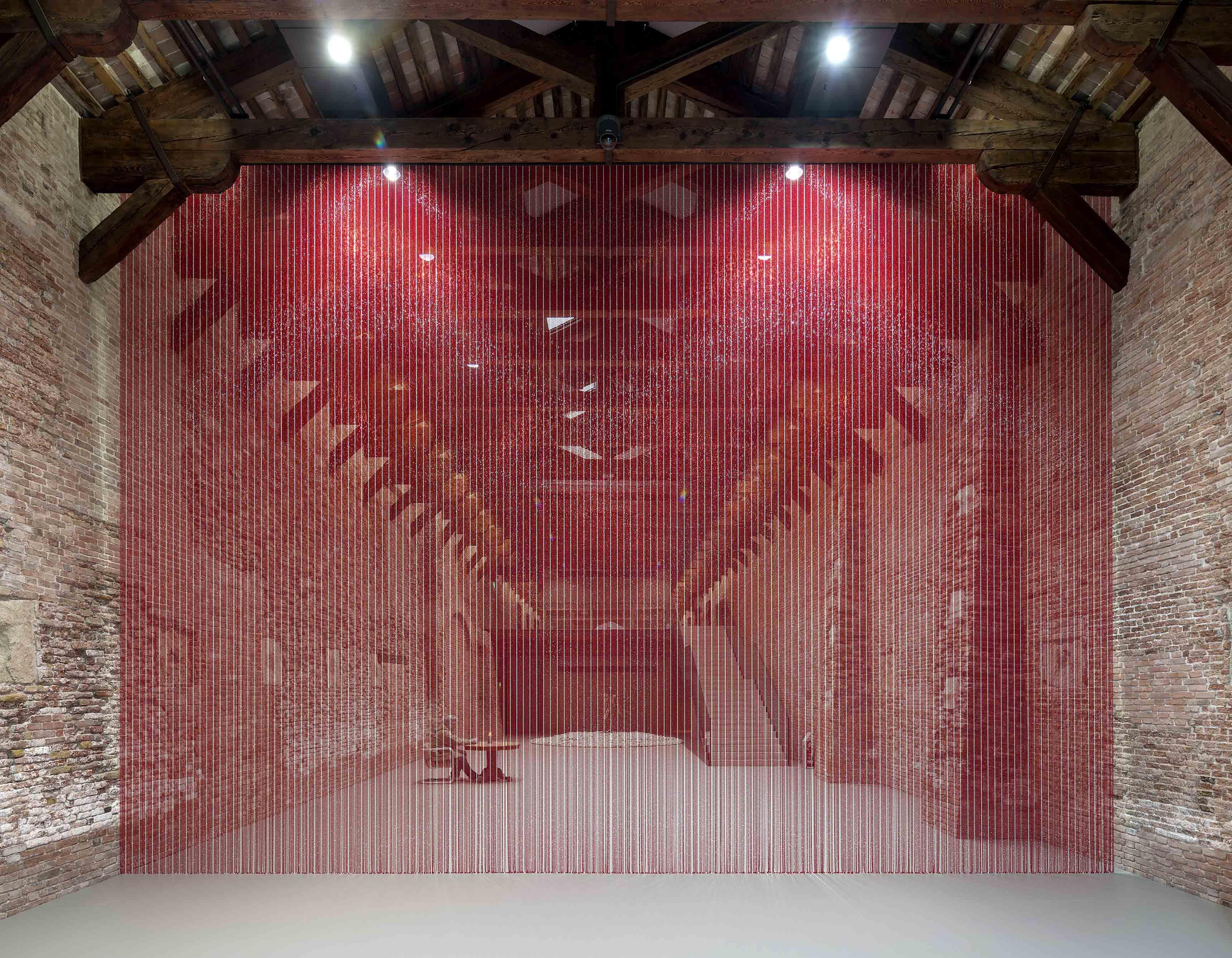 """Au premier plan : """"Untitled"""" (Blood), Felix Gonzalez-Torres (1992). Au second plan : """"Untitled"""", Urs Fisher (2011)"""