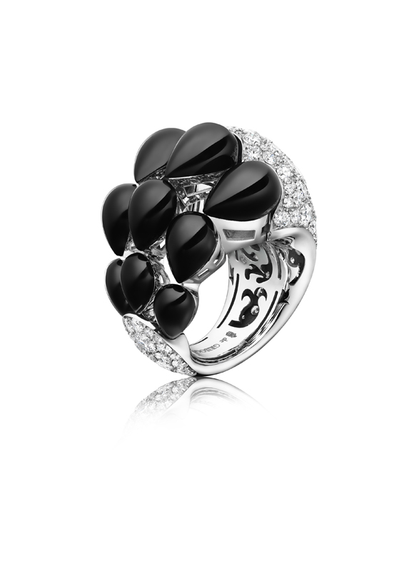 "Bague ""India"" en or blanc sertie de 177 diamants blancs et de 9 gouttes d'onyx, DE GRISOGONO."