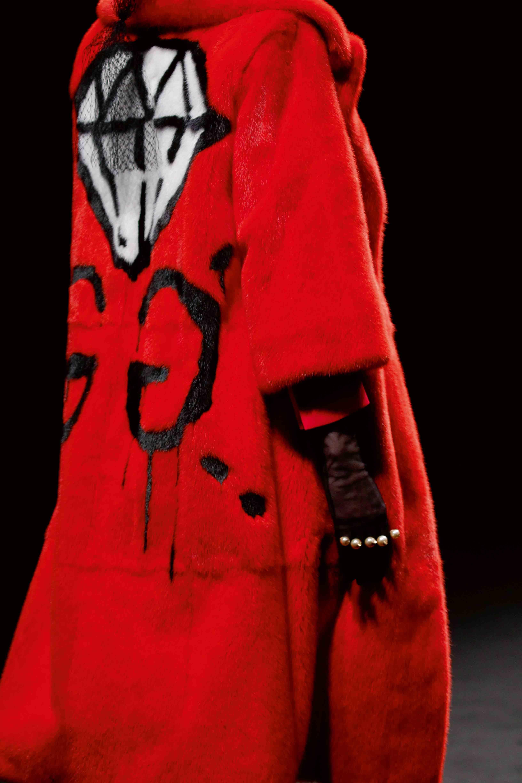 Iconique manteau rouge griffé d'un double G signé de l'artiste GucciGhost, alias Trevor Andrew.