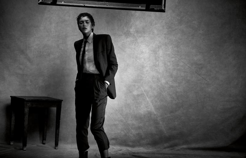"""Longue veste de smoking et pantalon """"New Wave"""" en grain de poudre, chemise en popeline de coton et cravate, CELINE PAR HEDI SLIMANE."""