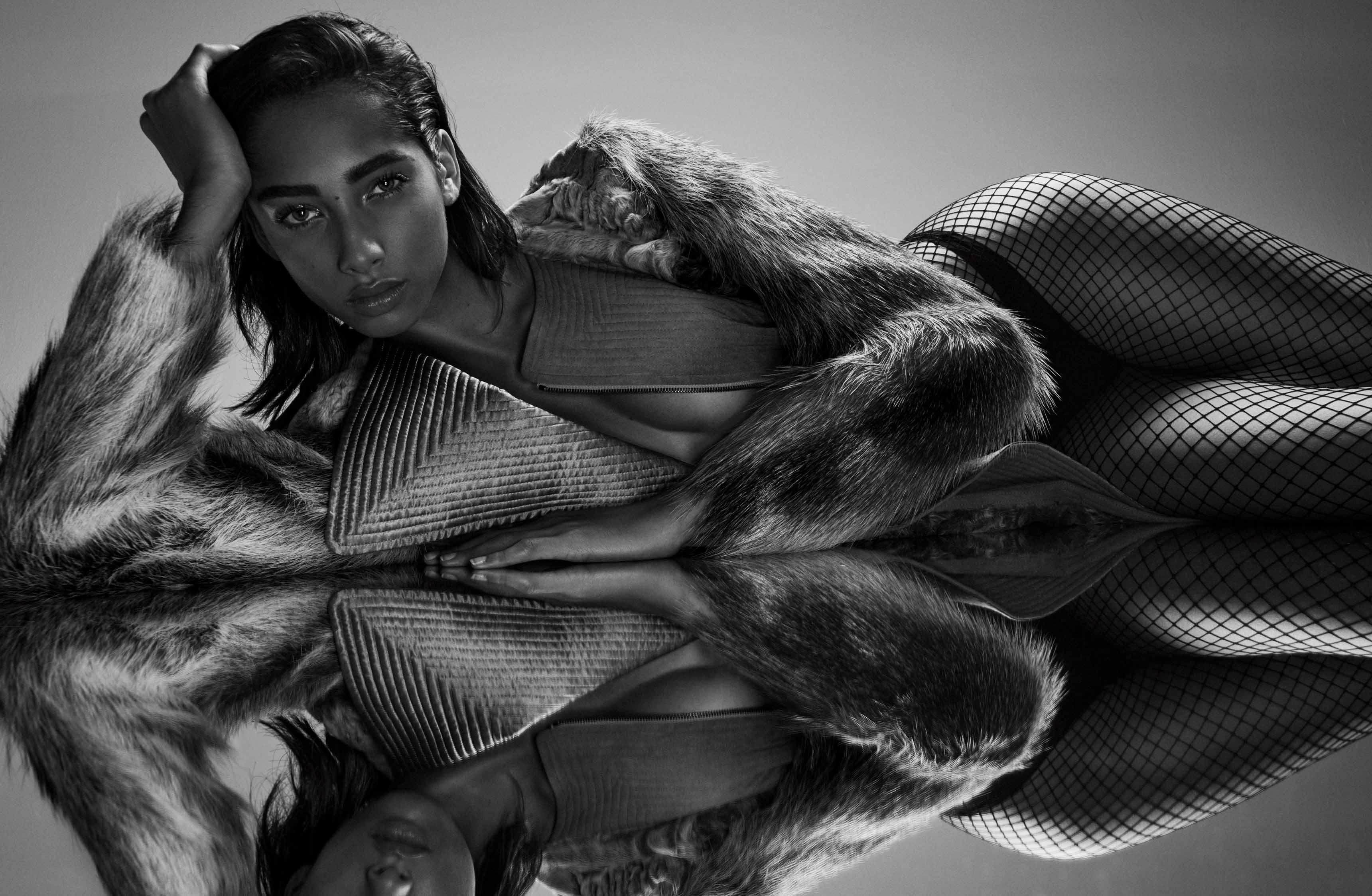 Manteau en fourrure, soie et veau velours, SALVATORE FERRAGAMO. Culotte, INTIMISSIMI. Collant résille, JONATHAN ASTON.