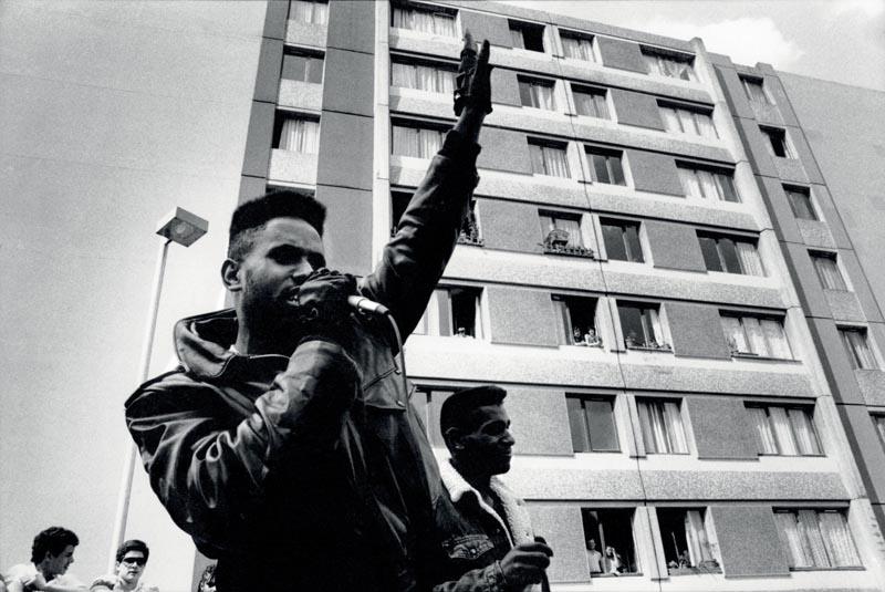 """""""Destroy Man et Johnny Go, Concert et battle Fêtes et Forts, Cité des Francmoisins à Saint-Denis"""", juillet 1985 © Willy Vainqueur"""
