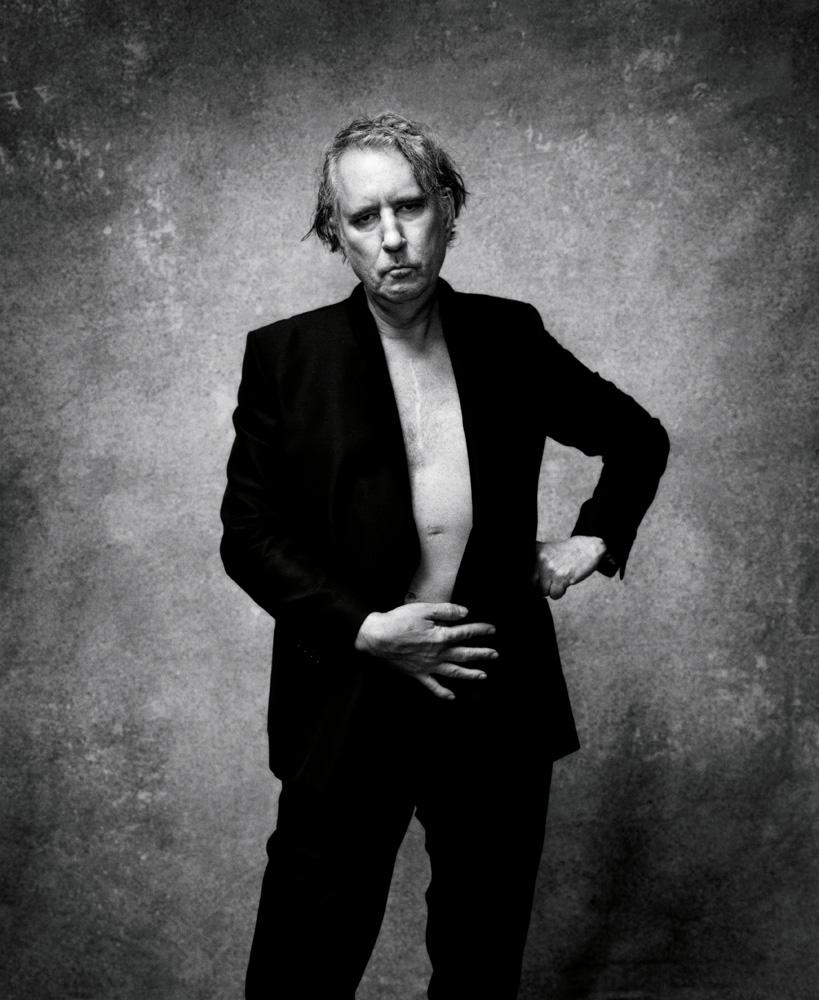 """L'artiste Raymond Pettibon habillé en Dior et photographié par Nikolai von Bismarck pour le livre """"The Dior Sessions""""."""