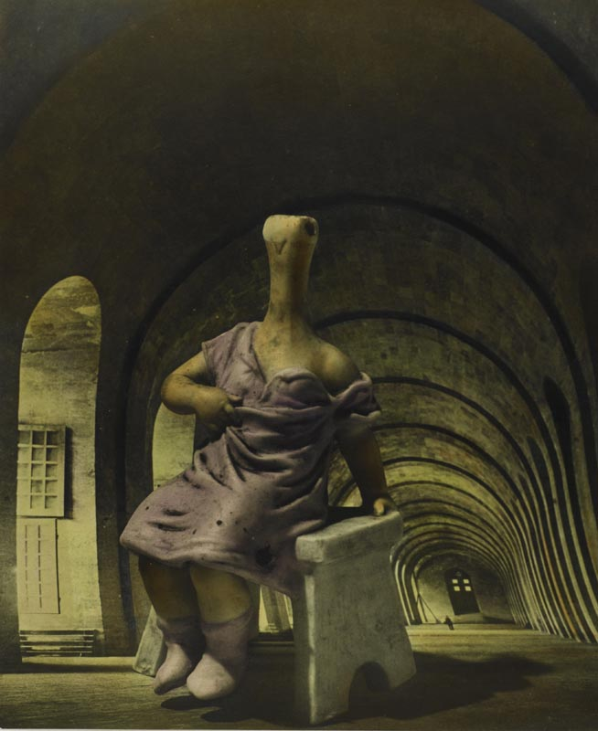 "Dora Maar, ""29 rue d'Astorg"", (vers 1936). Épreuve gélatino-argentique rehaussée de couleur."