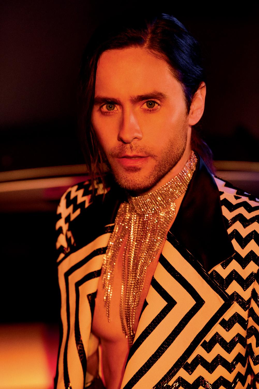 Veste croisée en soie brodée de sequins et collier, Gucci.