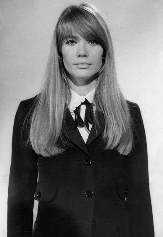 Françoise Hardy en smoking Yves Saint Laurent. © AGIP/AD/Everett Collection.