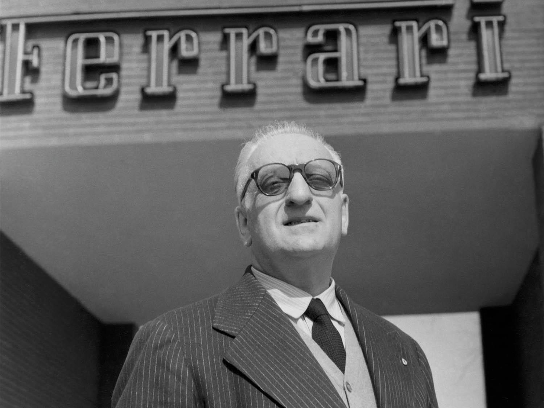 Enzo Ferrari devant l'entrée de l'usine Ferrari de Maranello.