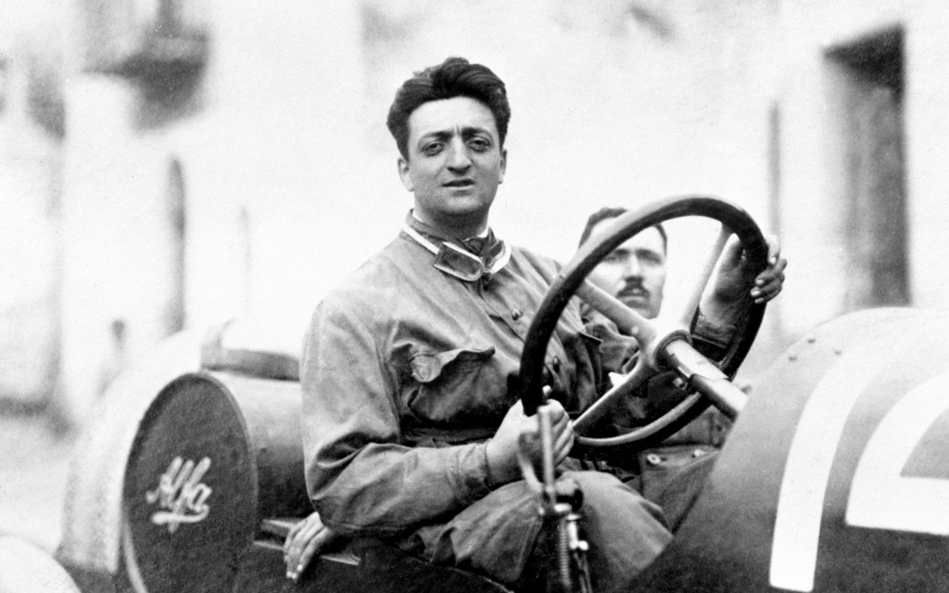Enzo Ferrari au volant d'une Alfa Romeo.
