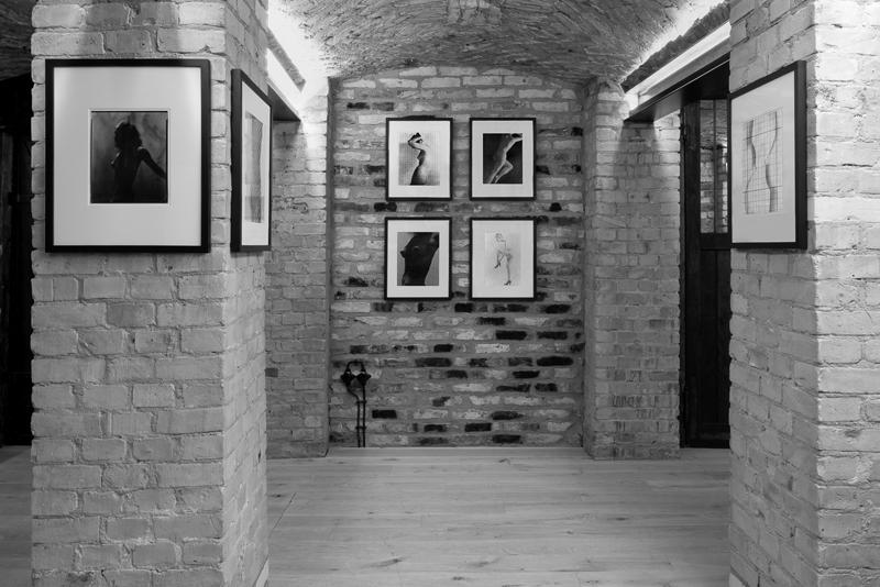 "Vue de l'exposition ""Erwin Blumenfeld, Chasing Dreams : Experimental Nudes, 1936-1955"" au Chaussee 36, Berlin (2019). Crédit : Eyal Philip Peleg & Chaussee 36"