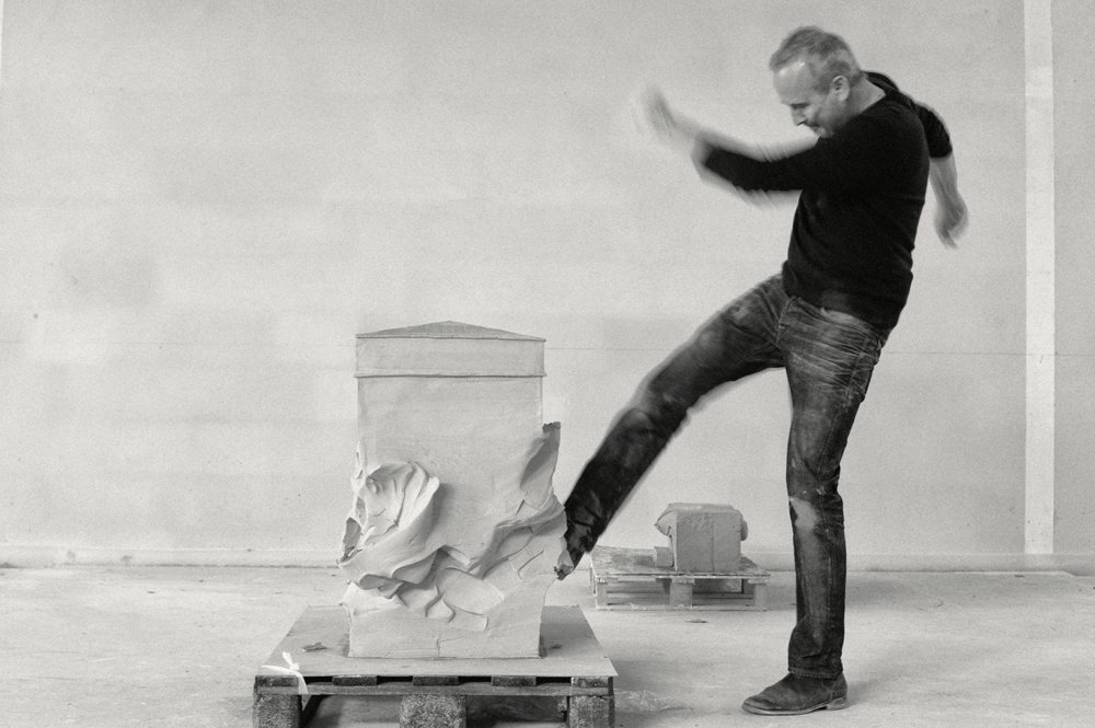 L'artiste Erwin Wurm lors d'une de ses performances en 2012. © Gerald Y. Plattner / © ADAGP, Paris; 2019