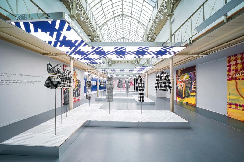 """Vue de l'exposition """"Azzedine Alaïa, une autre pensée sur la mode. La collection Tati"""" à l'Association Azzedine Alaïa (2019). Photo : Stéphane Aït Ouarab."""
