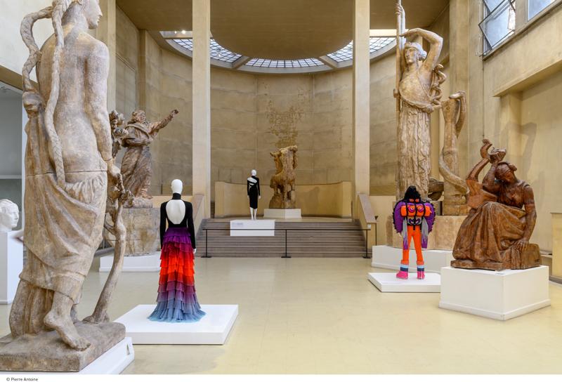 """Vue de l'exposition """"Back Side / Dos à la mode"""" au musée Bourdelle. © Paris Musées / Pierre Antoine"""