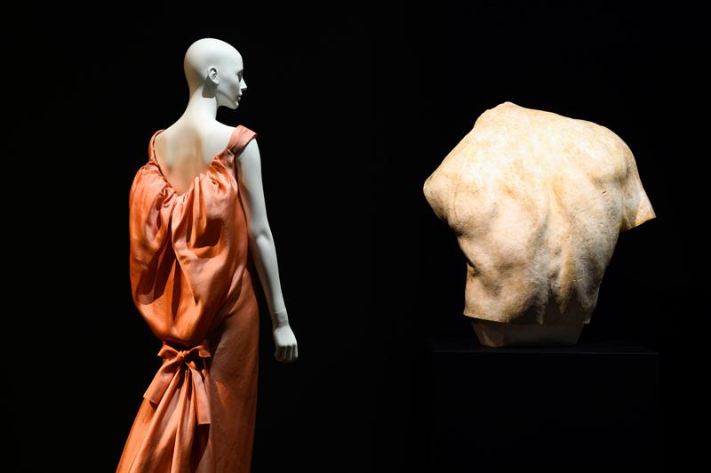 """Balenciaga, Robe du soir, Automne Hiver 1961-62. Vue de l'exposition """"Back Side / Dos à la mode"""" au musée Bourdelle. © Paris Musées / Pierre Antoine"""