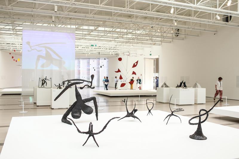 """Vue de l'exposition """"Calder Stories"""" au Centro Botín © Belén de Benito"""