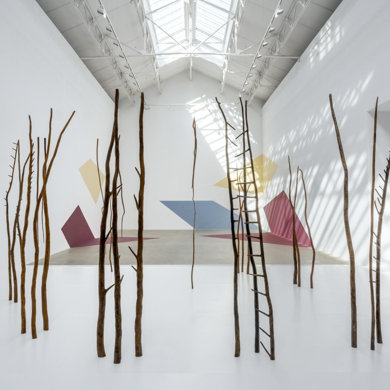 "Rosemarie Castoro, ""Forest of Threes"" (1977-1978) et Lydia Okumura, ""Untitled II"" et ""Untitled III"" (1981). Vue de l'exposition ""Dimensions of Reality : Female Minimal"" à la Galerie Thaddaeus Ropac, Pantin. Courtesy Galerie Thaddaeus Ropac, London · Paris · Salzburg © Lydia Okumura, Estate of Rosemarie Castoro. Photo: Charles Duprat"