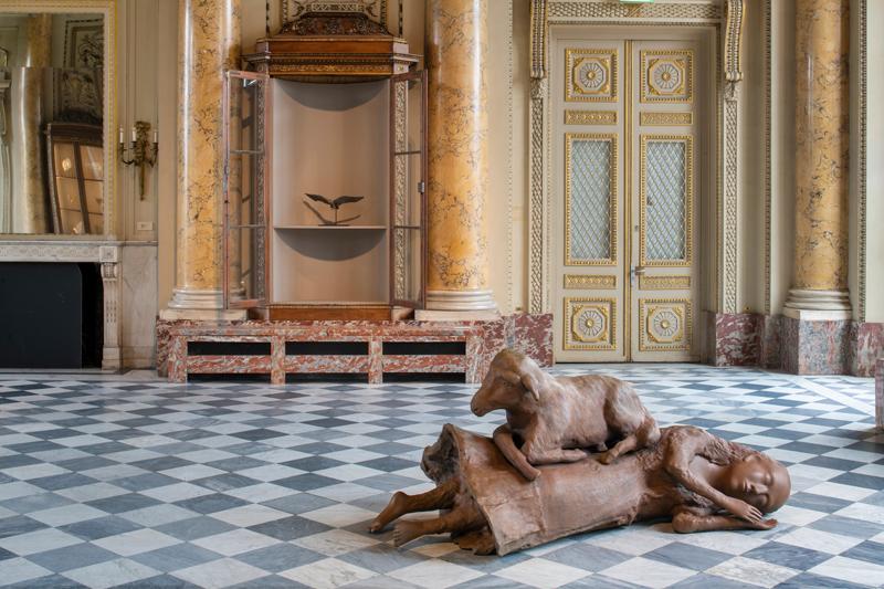 """Kiki Smith, """"Sleeping, Wandering, Slumber, Looking About, Rest Upon"""" (2009-2019). Vue de l'exposition """"Kiki Smith"""" à la Monnaie de Paris (2019). Copyright Martin Argyroglo / Monnaie de Paris"""