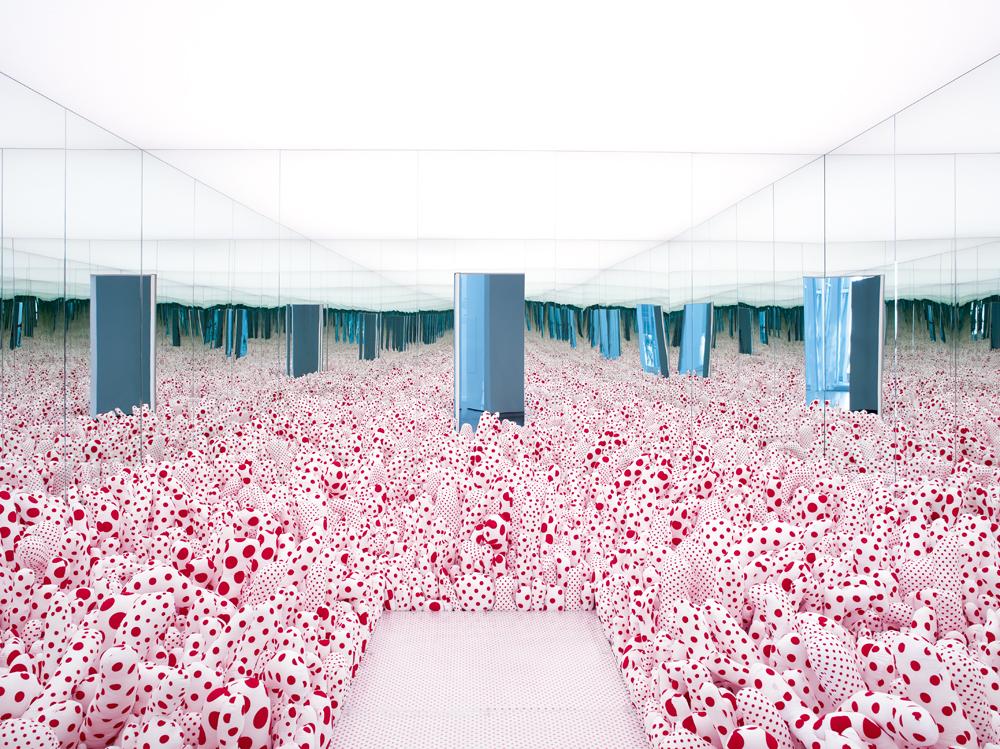 """Infinity Mirror Room"" – Phalli's Field (or Floor Show) [1965-2013] de Yayoi Kusama. Tissu, miroirs et panneaux de bois, 250x455x455cm."