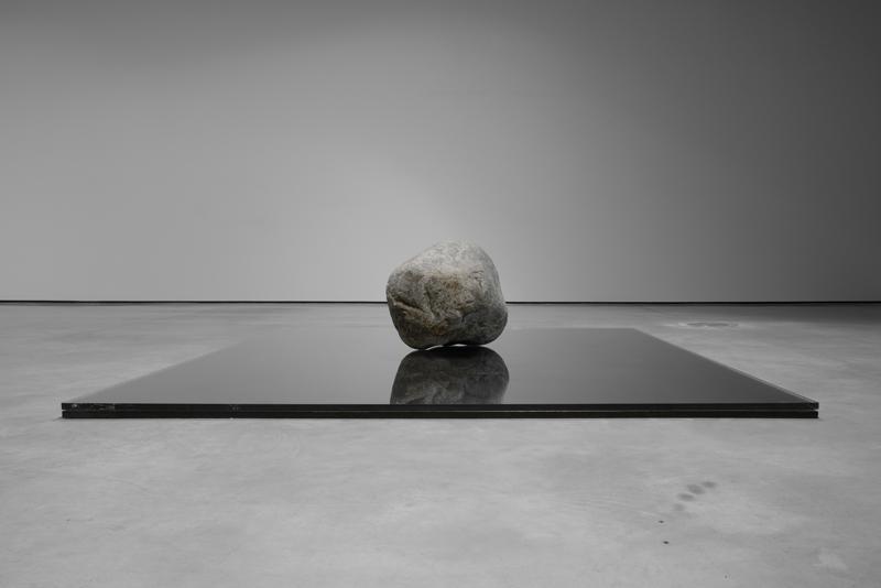 """Lee Ufan, """"Relatum - Existence"""" (2014) © Adagp, Paris 2018"""