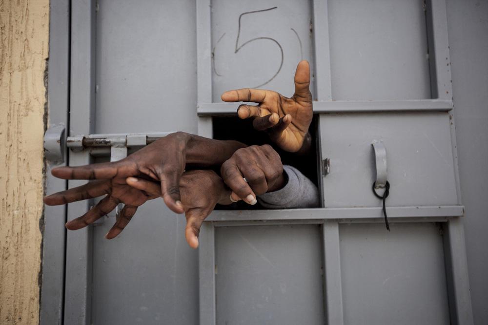 "Narciso Contreras, ""Garabuli"" (mars 2016). Migrants quémandant de l'eau, des cigarettes ou de la nourriture ainsi que leur libération du centre de détention de Garabulli © Narciso Contreras pour la Fondation Carmignac"