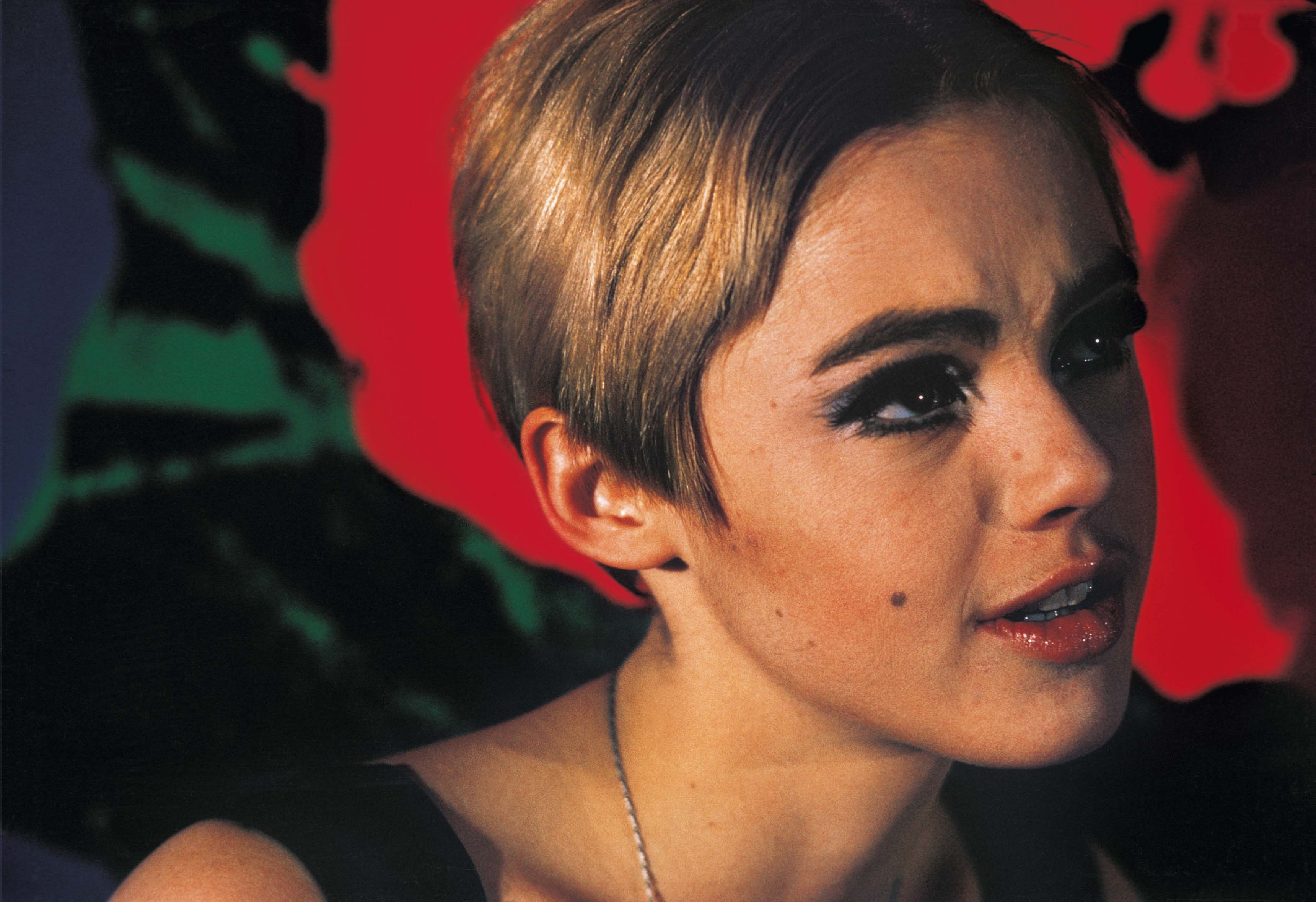 Nat Finkelstein, Edie Sedgwick and red flowers, 1966. Photographie couleur.