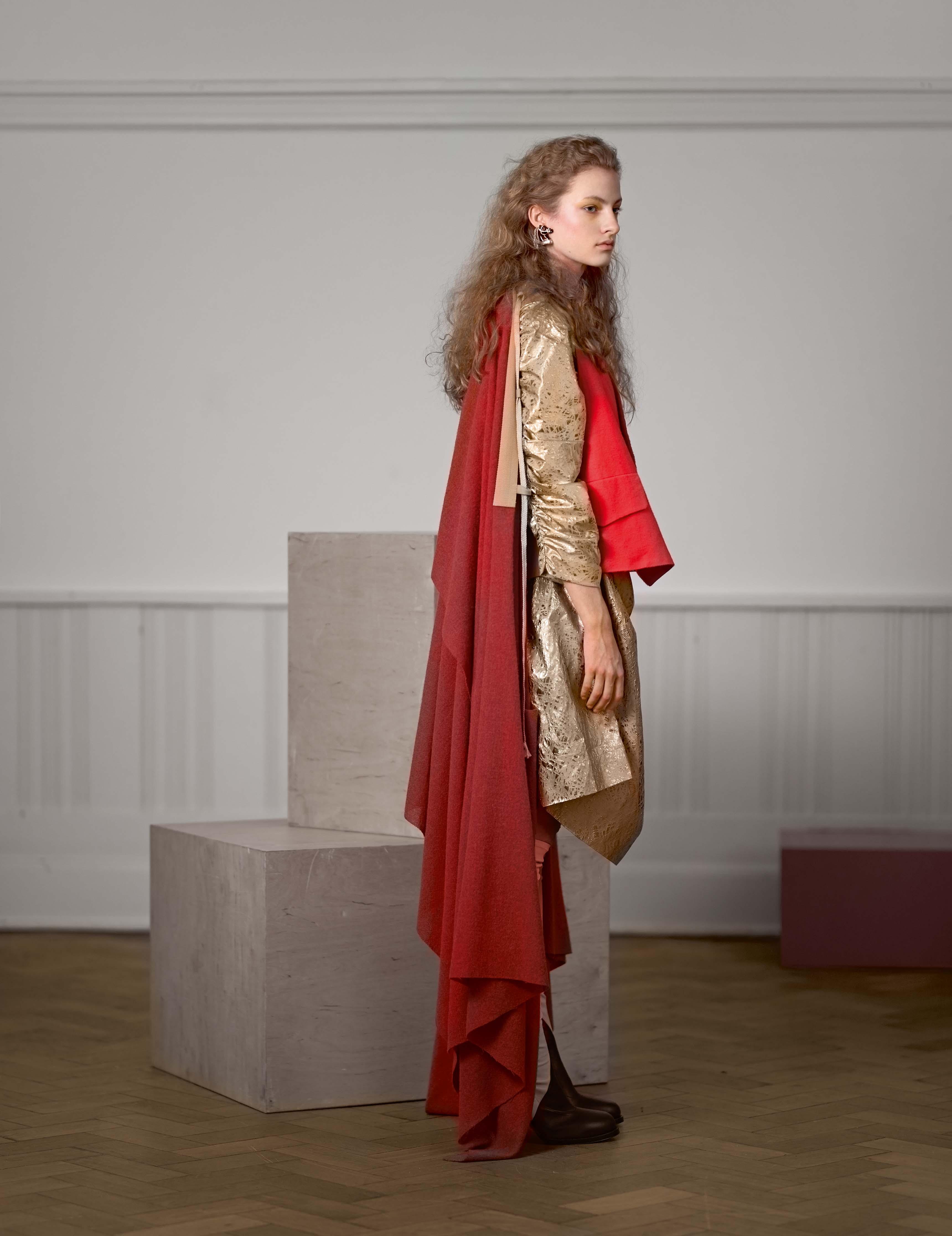 Cape avec gilet intégré en laine, robe en coton et soie, et boucle d'oreille, VIVIENNE WESTWOOD. Bottes, CÉLINE.