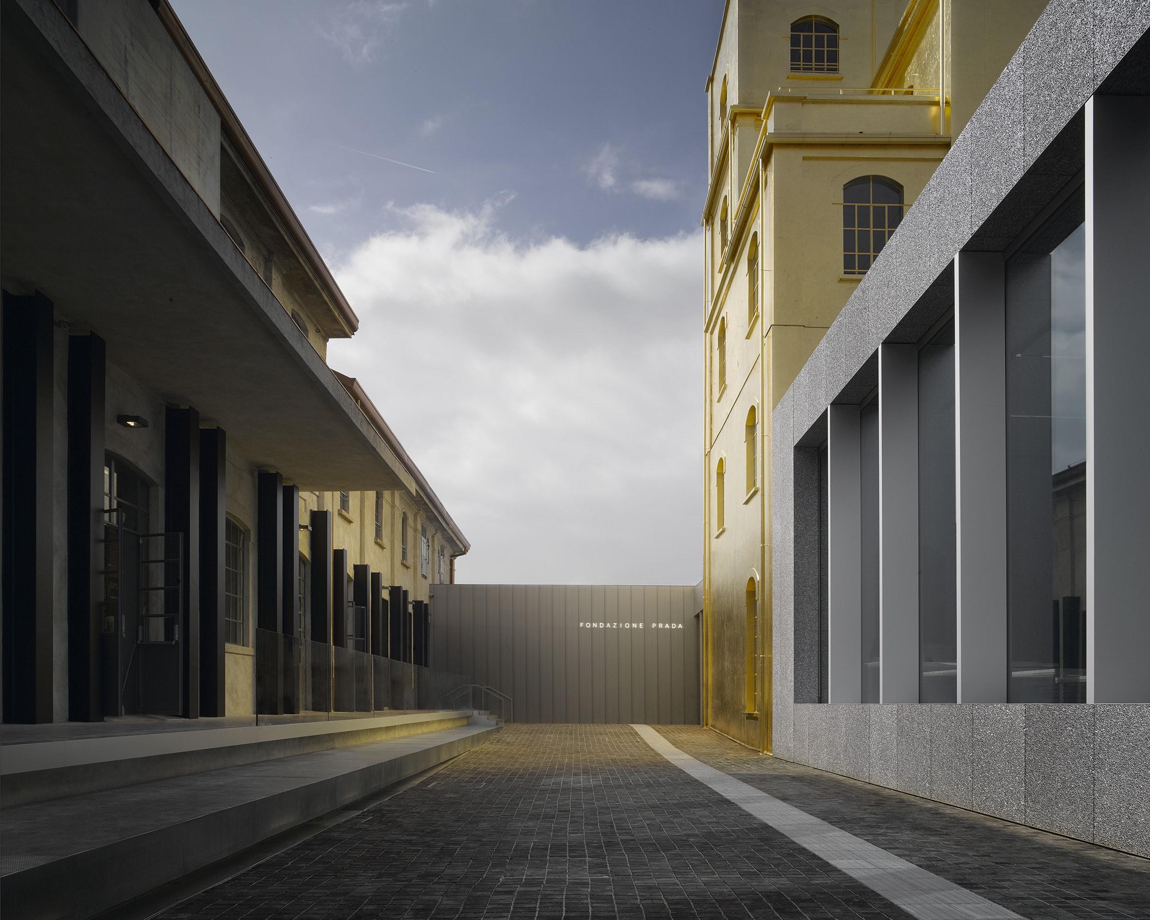 Vue de la Fondation Prada à Milan, réalisée par Rem Koolhaas.