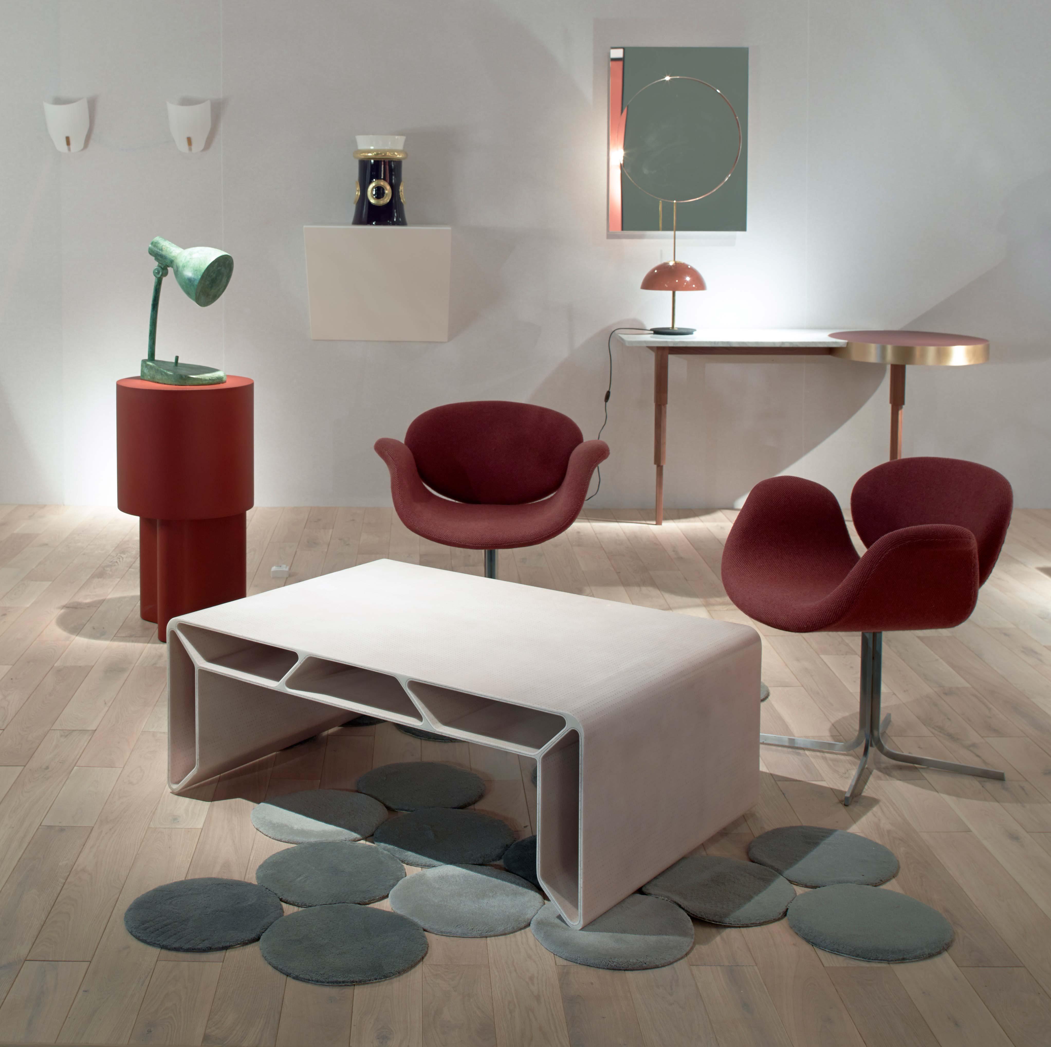 Sur la gauche, la Lampada senza luce du mythique architecte et designer italien Alessandro Mendini. Au milieu, la table en feutre et résine de François Bauchet.