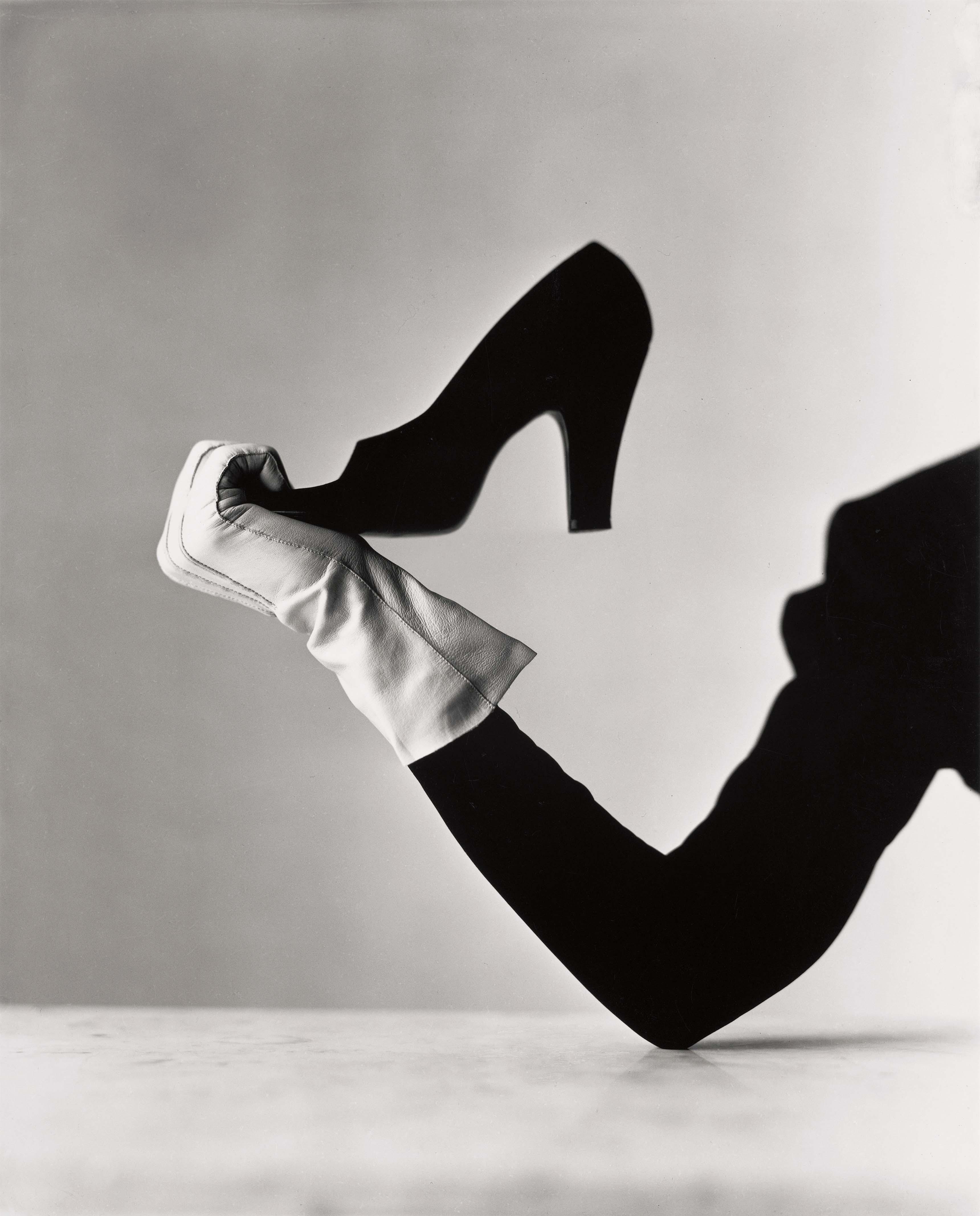 Glove and Shoe, New York, 1947. Epreuve gélatino-argentique, 24,4 x 19,7 cm.