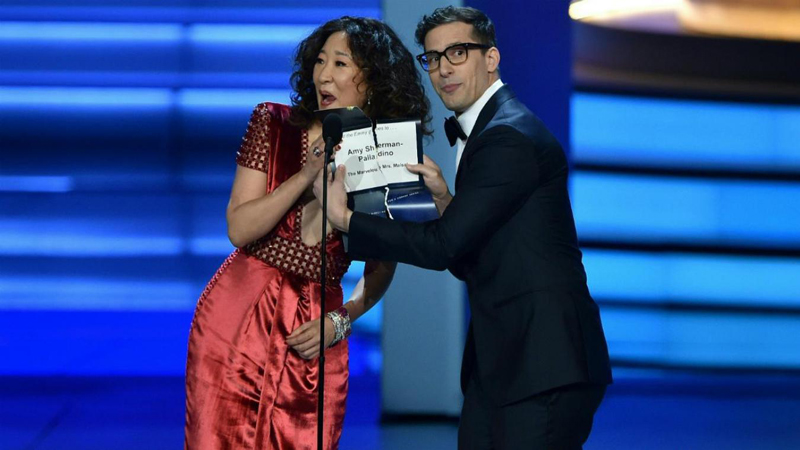 L'actrice canadienne Sandra Oh et l'humoriste américain Andy Samberg annoncent les nominations.