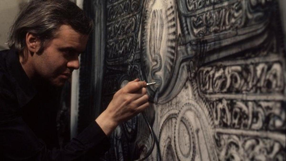 """Hans Ruedi Giger en pleine élaboration d'une maquette pour le film """"Alien"""""""