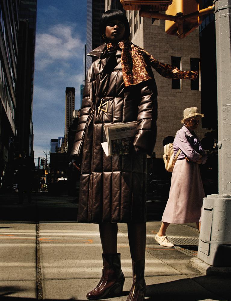 Manteau en cuir, BOTTEGA VENETA. Boots, GUCCI. Boucle d'oreille et écharpe vintage.